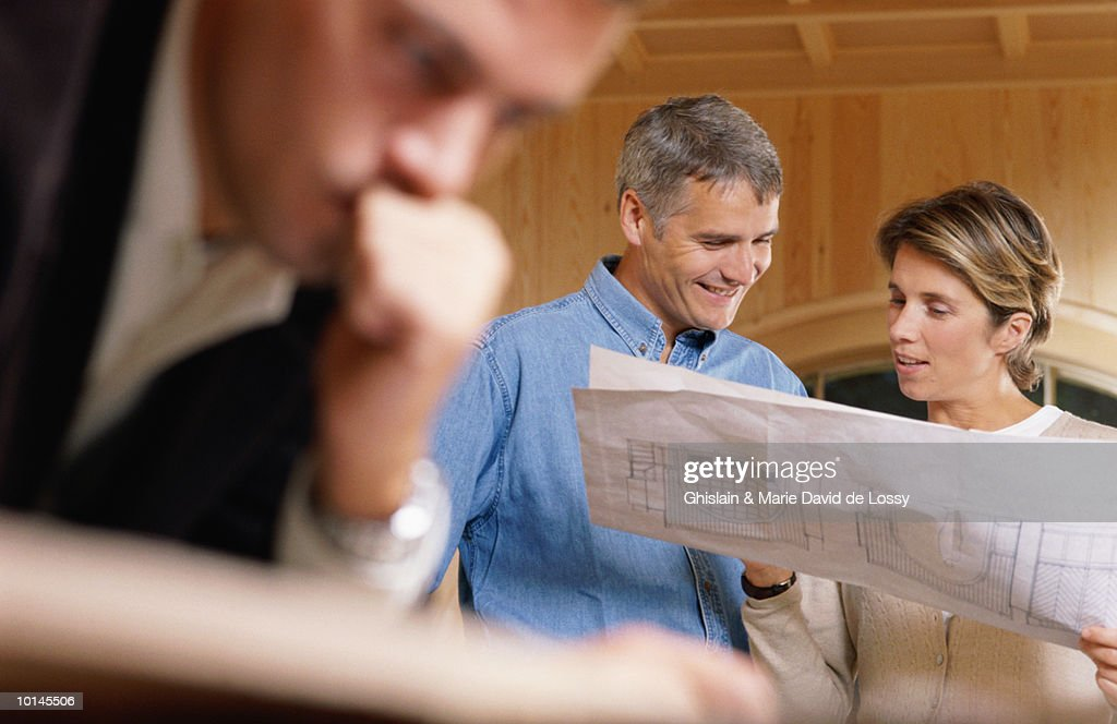 ARCHITECT WITH COUPLE : Stock Photo