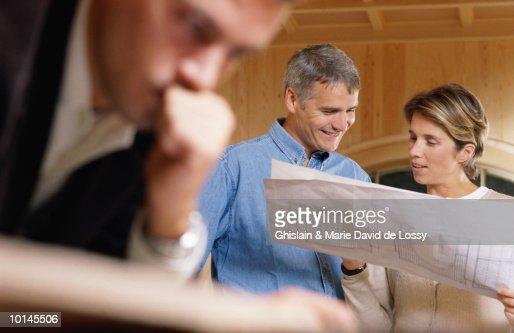 ARCHITECT WITH COUPLE : Stockfoto