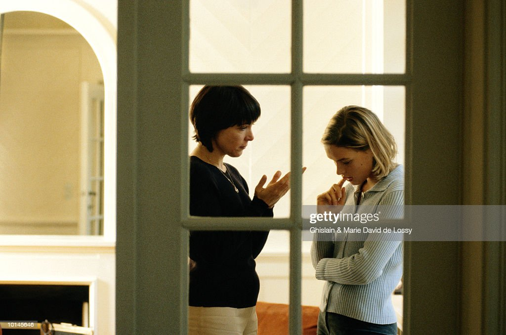 MOTHER AND DAUGHTER, STRESSFUL CONVERSATION : Stock Photo
