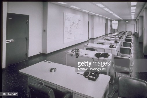 EMPTY ROW OF DESKS IN OFFICE, CIRCA 1955 : Stockfoto
