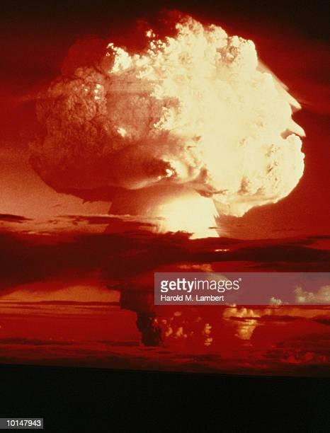 MUSHROOM CLOUD IN SKY, NUCLEAR EXPLOSION, 1950S