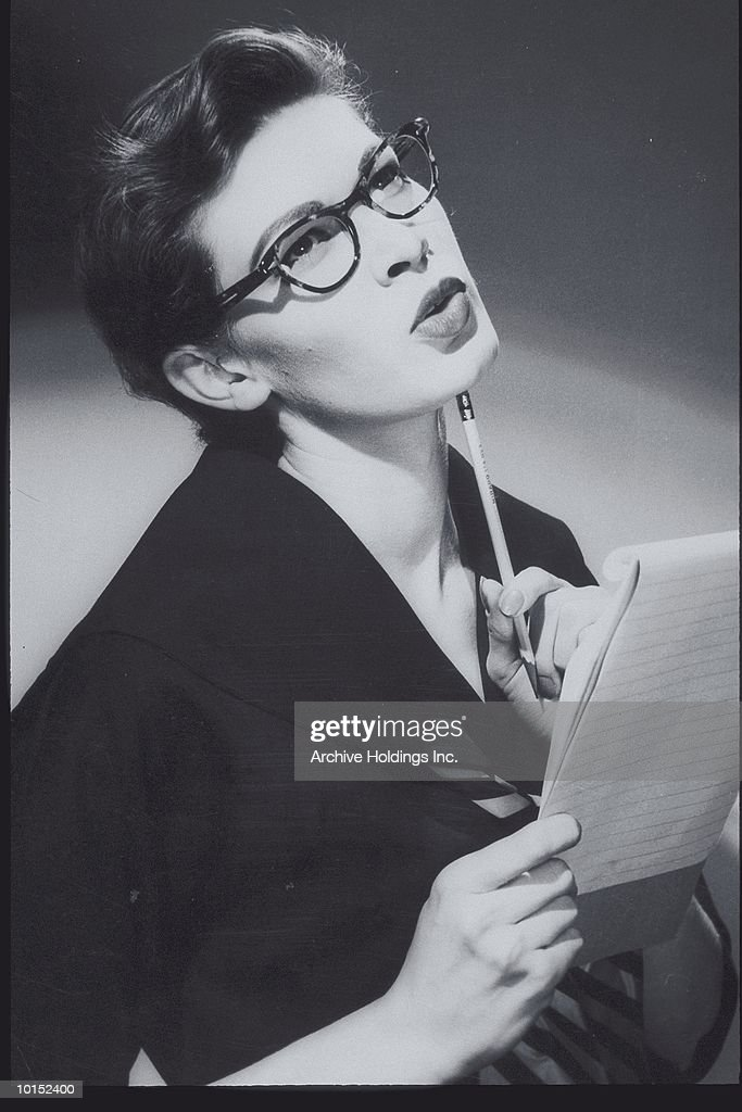 PORTRAIT OF A WOMAN HOLDING NOTEPAD : Stockfoto