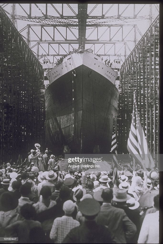 CROWD AT DRY DOCK LAUNCHES SHIP, CIRCA 1940 : Stockfoto