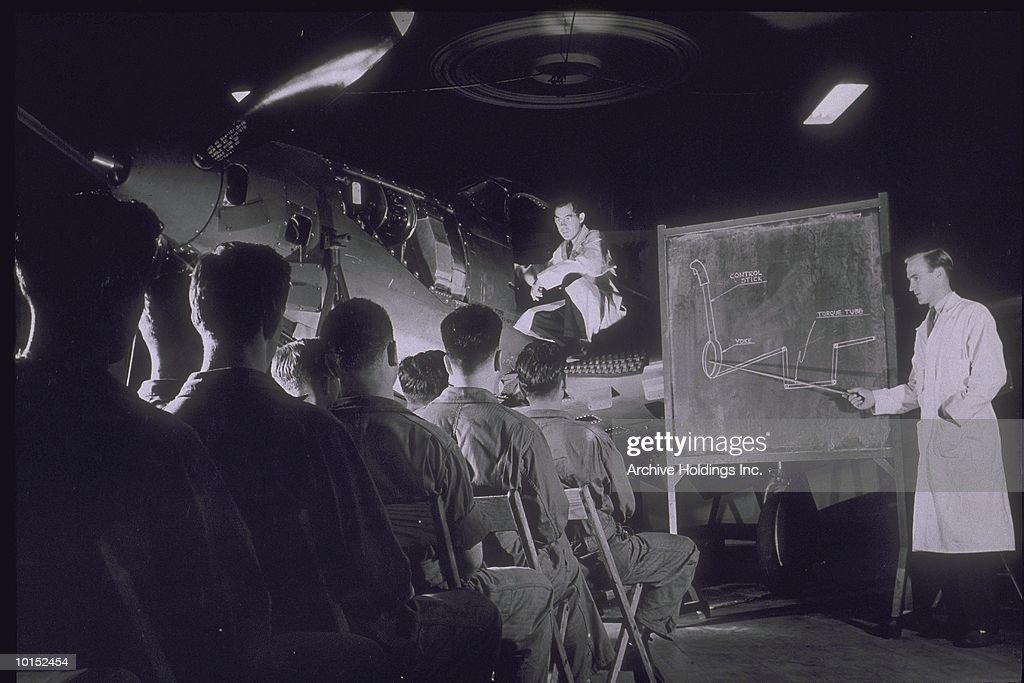 MEN IN LAB COATS INSTRUCTING PILOTS : Stockfoto