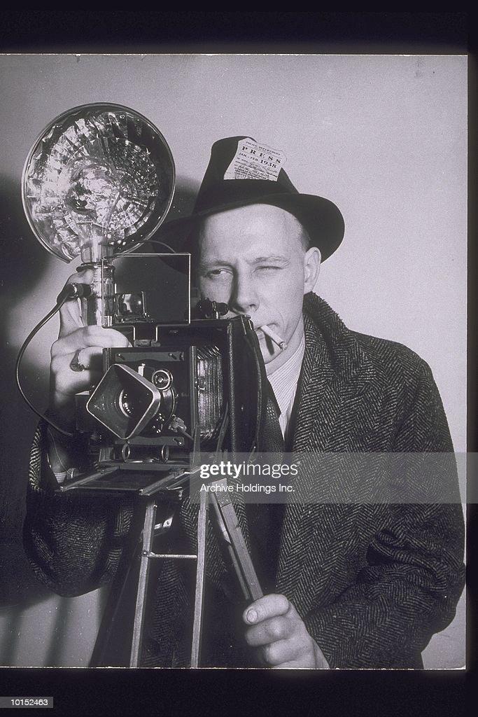 PRESS PHOTOGRAPHER SMOKING, 1940S : Stockfoto