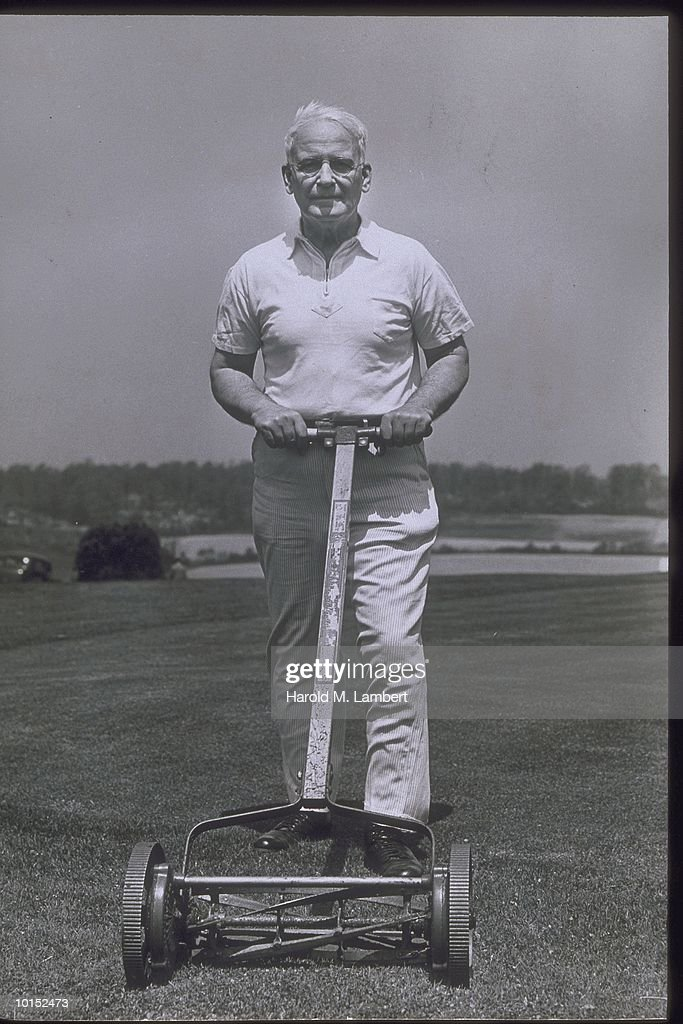 MAN OPERATING MANUAL LAWN MOWER, 1940S : Stockfoto