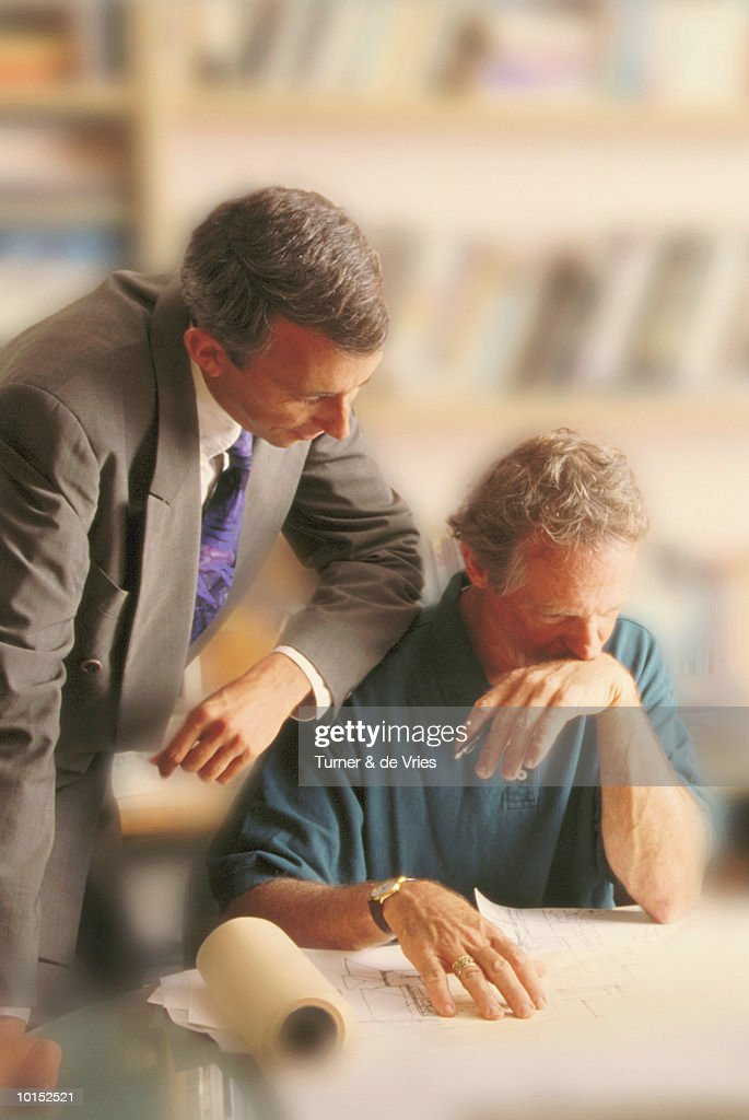 TWO BUSINESSMEN REVIEWING PLANS : Stockfoto