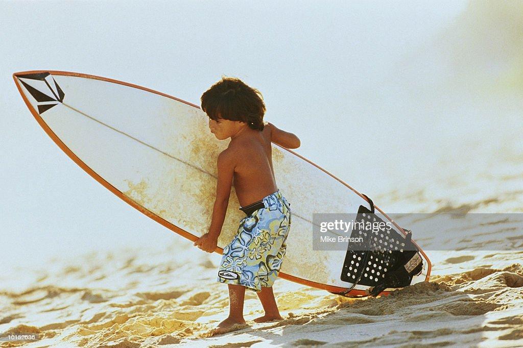 YOUNG HAWAIIAN BOY WITH SURFBOARD, KAUAI, HAWAII : Stockfoto