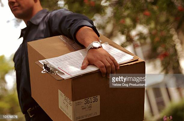 DELIVERYMAN CARRYING BOX