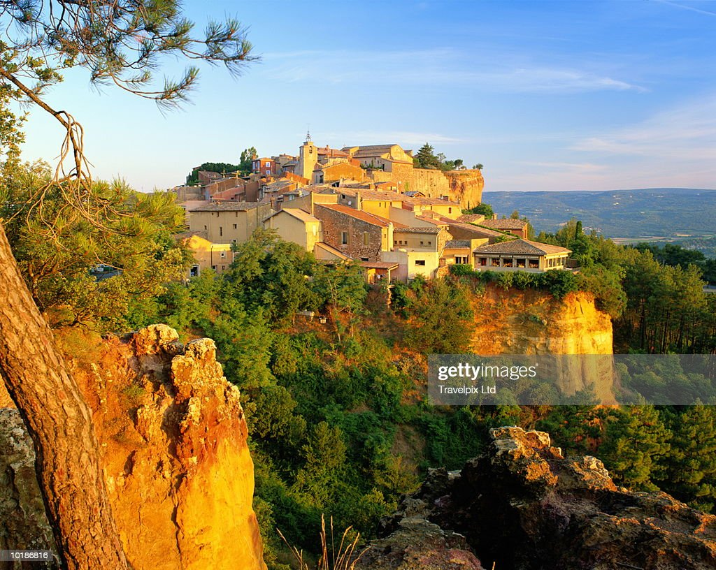 FRANCE, PROVENCE, ROUSSILLON, MORNING LIGHT ON CLIFF TOP VILLAGE : Stock Photo