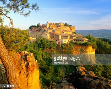 FRANCE, PROVENCE, ROUSSILLON, MORNING LIGHT ON CLIFF TOP VILLAGE : ストックフォト