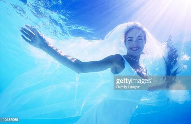 BRIDE UNDERWATER SMILING, PORTRAIT