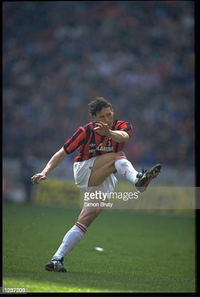 MARCO VAN BASTEN IN ACTION FOR AC MILAN DURING AN ITALIAN SERIE A MATCH AGAINST NAPOLI IN THE SAN PAOLO STADIUM THE GAME ENDED IN A 11 DRAW