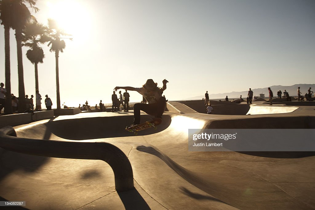 YOUTH PULLING TRICK IN SKATEPARK IN L.A : Stock Photo