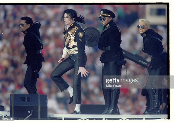 MICHAEL JACKSON DANCING DURING HIS HALFTIME EXTRAVAGANZA
