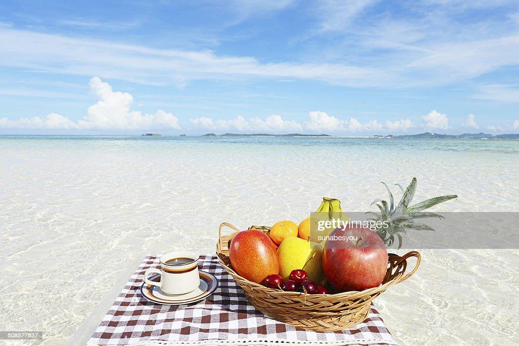 新鮮な果物と海 : Stock Photo