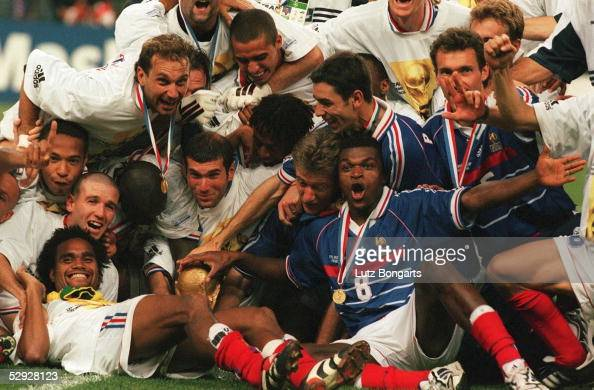 3 FRANKREICH FUSSBALLWELTMEISTER 1998 JUBEL TEAM FRA