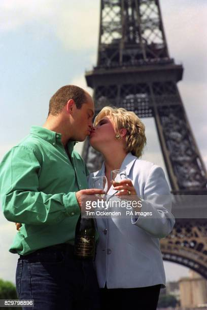 S LETITIA DEAN [SHARON MITCHELL] AND ROSS KEMP [GRANT MITCHELL] ON LOCATION IN THE SHADOW OF THE EIFFEL TOWER IN PARIS FOR AN EPISODE OF EASTENDERS