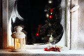 подсвечник на подоконнике со снегом и новогодней елкой