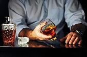 мужчина пьет коньяк за барной стойкой
