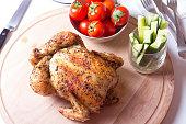 Курица запеченная на соли. Выборочная фокусировка, крупный план.