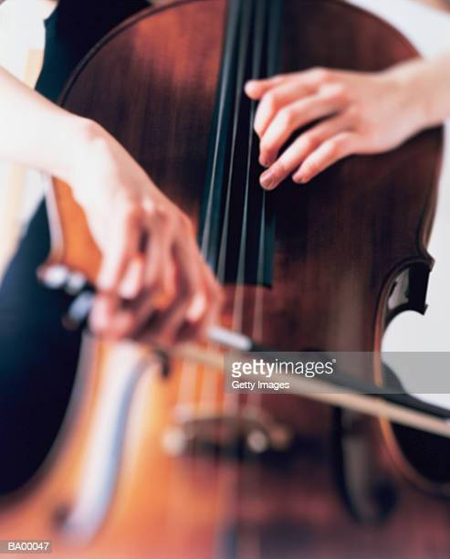 CLOSE-UP / WOMAN PLAYING CELLO