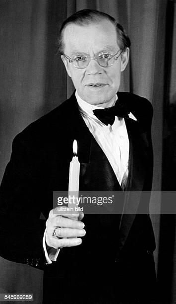 22061890 00081955Conferencier Dim Kabarett des 'Ulenspiegel' 1946Foto Fritz Eschen