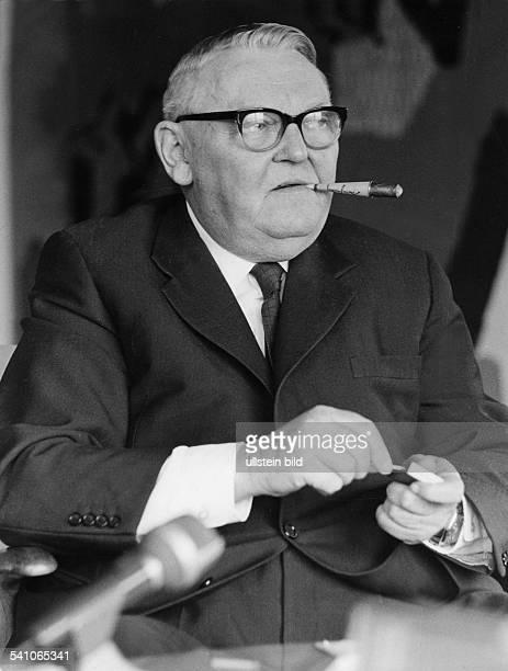 *04021897Politiker CDU BRD Portrait mit Zigarre 1965