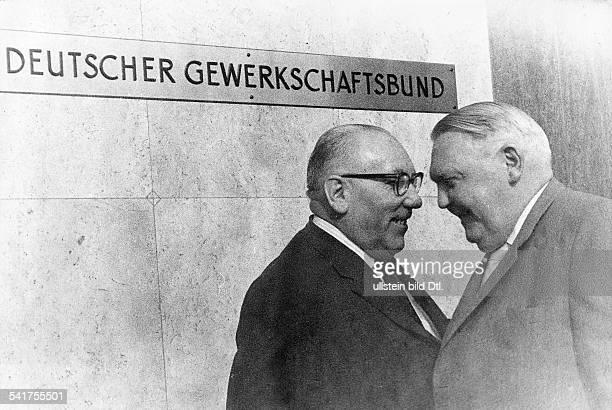 *04021897Politiker CDU DBundeswirtschaftsminister 19491963mit dem Vorsitzenden der IG Bergbau Heinrich Gutermuth am Rande einer Sondersitzung des...
