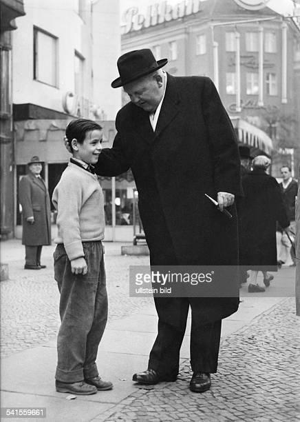 *04021897Politiker CDU DBundeswirtschaftsminister im Gespräch mit einem Jungen undatiert vermutlich um 1956 Aufnahme Jochen Blume