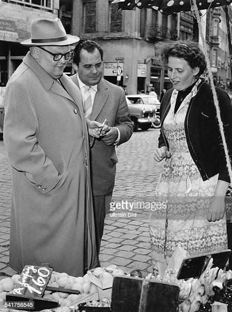 *04021897Politiker CDU DBundeswirtschaftsminister im Gespräch mit einer Marktfrau 1956 Aufnahme Jochen Blume