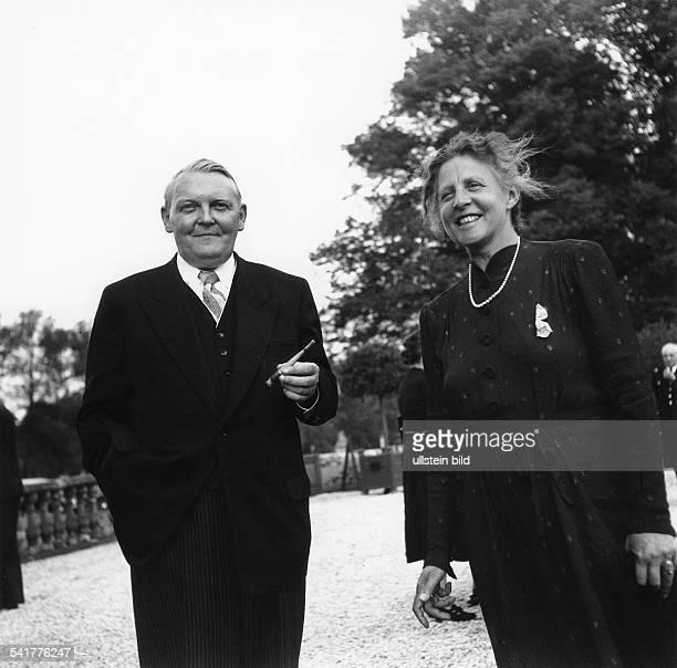*04021897Politiker CDU DBundeswirtschaftsminister mit seiner Frau Luise auf der Terrasse des Schloss Augustusburg in Brühl während eines Empfangs des...