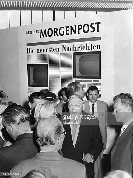 *04021897Politiker CDU DBundeswirtschaftsministeran einem Stand der Berliner Morgenpost auf der Deutschen Rundfunk Fernseh und Phonomesse rechts im...