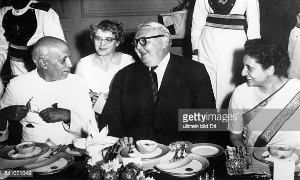 *04021897Politiker DBundeswirtschaftsminister auf einer AsienReise Besuch in Indien bei einem Bankett mit Premierminister Jawaharlal Nehru unddessen...