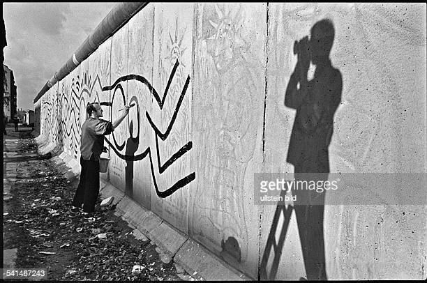 *Maler USAbemalt 100 Meter Berliner Mauer am Grenzübergang Checkpoint Charlie