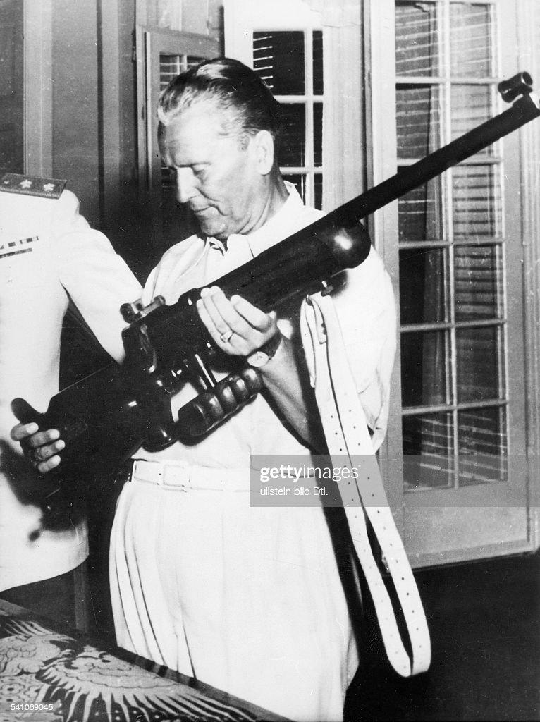 -+Politiker, Kommunist, YUeigentlich Josip BrozTito untersucht bei einem Besuch auf der Insel Brioni sehr interessiert das Gewehr eines Schuetzen- 1949