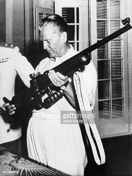 *07051892 Politiker Kommunist YUeigentlich Josip BrozTito untersucht bei einem Besuch auf der Insel Brioni sehr interessiert das Gewehr eines...