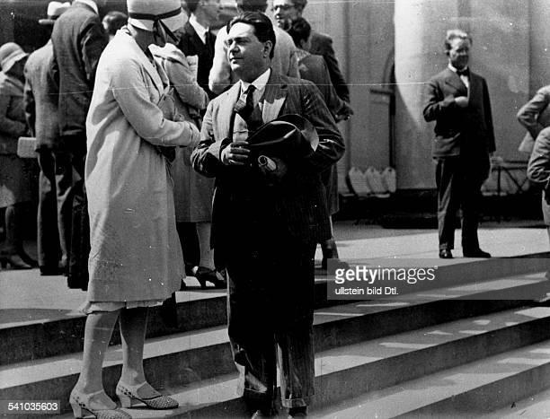 *04091892Musiker Komponist Frankreichim Gespräch mit einer Dame auf einer Freitreppe um 1931