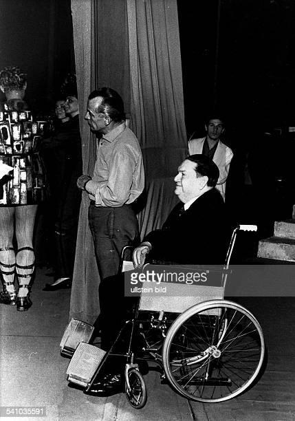 *04091892Musiker Komponist Frankreichim Rollstuhl hinter der Bühne bei der Aufführung seiner Oper 'Orestie' in der Deutschen Oper Berlin April 1963