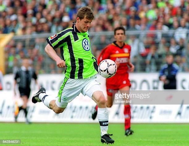 Sportler Fussball D 1 Bundesliga VfL Wolfsburg BayerLeverkusen Spielszene am Ball