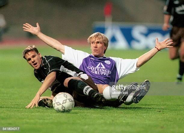 Sportler Fussball D2 Bundesliga TeBe FC St Pauli 20 sitzt nach Zweikampf mit Dirk Wolf auf dem Rasen und hebt die Arme