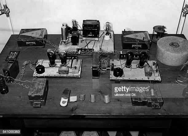 *08031879Chemiker DArbeitstisch an dem Hahn 1938 die erste Spaltung des Uranatoms gelang Deutsches Museum München