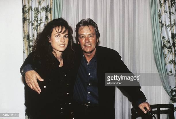 *Schauspieler FrankreichDer französische Filmschauspieler Alain Delon mit seiner niederländischen Freundin Rosalie van Breemen Aufgenommen um 1995