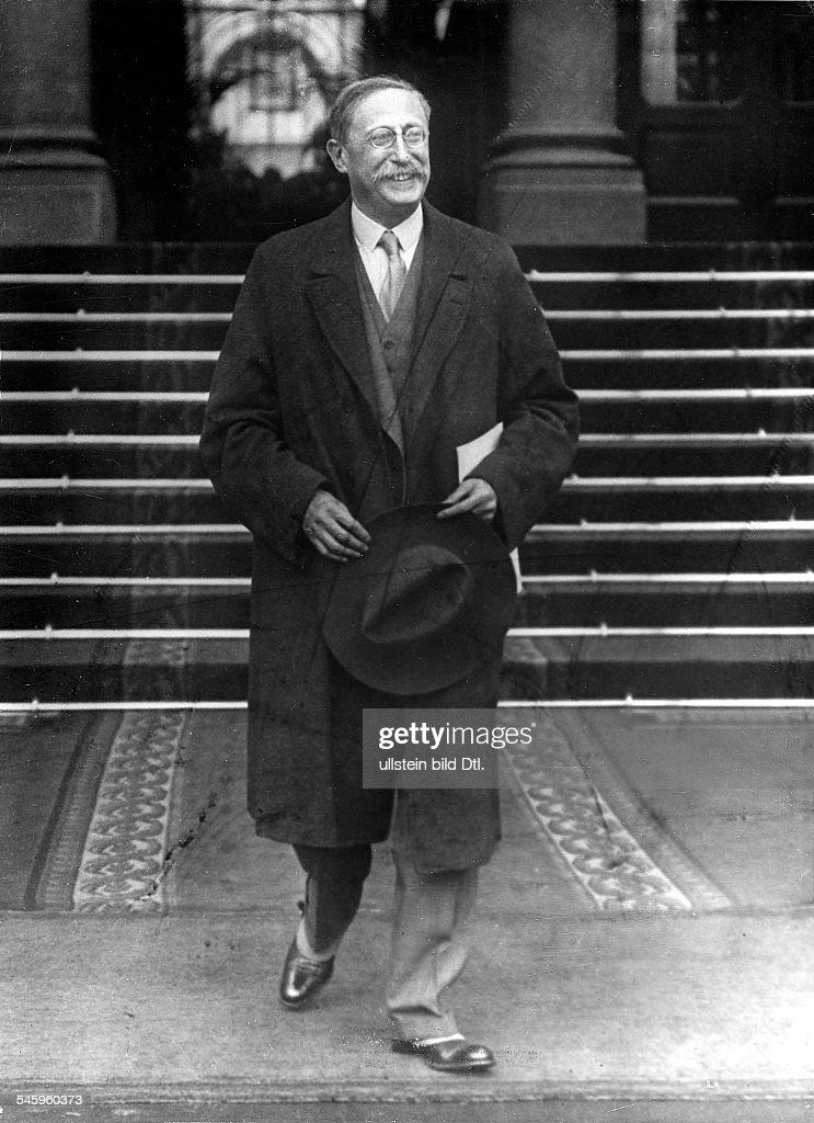 Politiker, Sozialist (PSF), FrankreichMinisterpräsident 1936-37/1938/1946-47verlässt den Amtssitz Palais Matignon (?) nach einer Kabinettssitzung- Paris,