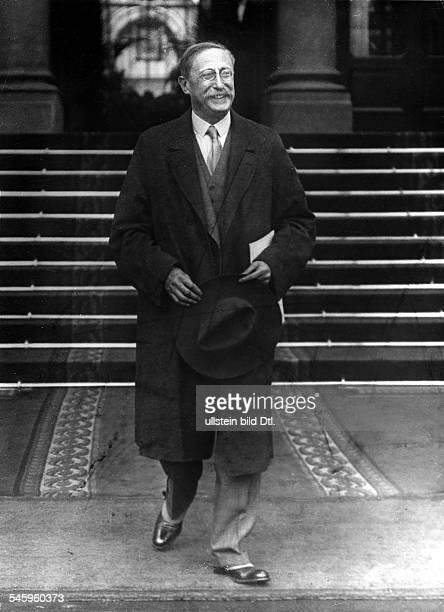 *09041872Politiker Sozialist FrankreichMinisterpräsident 193637/1938/194647verlässt den Amtssitz Palais Matignon nach einer Kabinettssitzung Paris