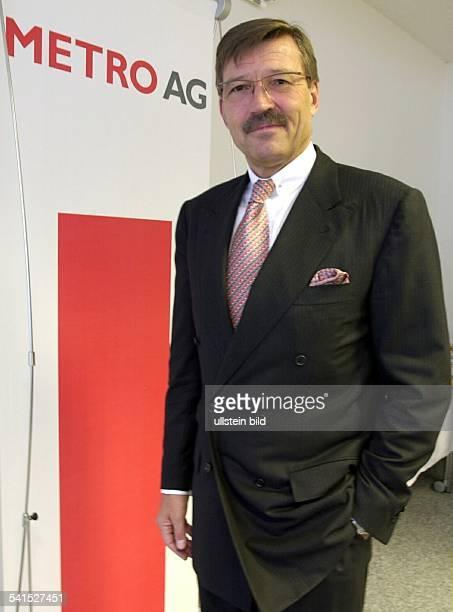 Manager DVorstandsvorsitzender der Metro AGsteht neben dem Firmenlogo