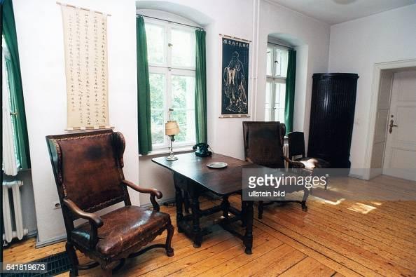 bertolt brecht kleines arbeitszimmer von brecht pictures getty images. Black Bedroom Furniture Sets. Home Design Ideas