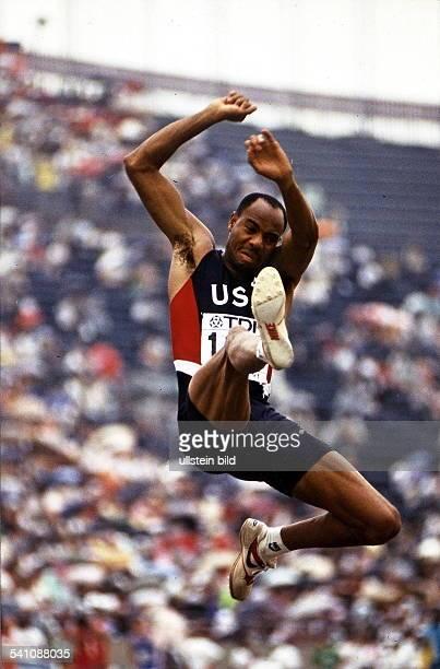 Sportler Leichtathletik USAWeltmeisterschaft in Tokio Weitsprung beim Sprung mit dem er den neuen Weltrekord von 895 m aufstellt Nür für...