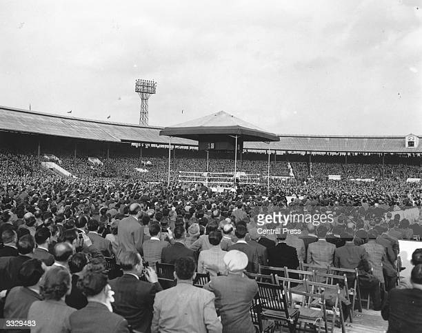 Crowds in the White City stadium waiting for the British and Empire lightheavyweight title fight between Randolph Turpin and Don Cockell to begin...