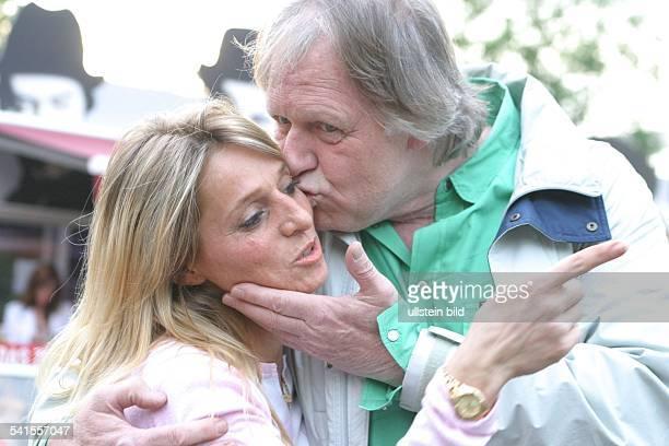 Musiker Sänger Gitarrist Dküsst seine Freundin Maria Hilario